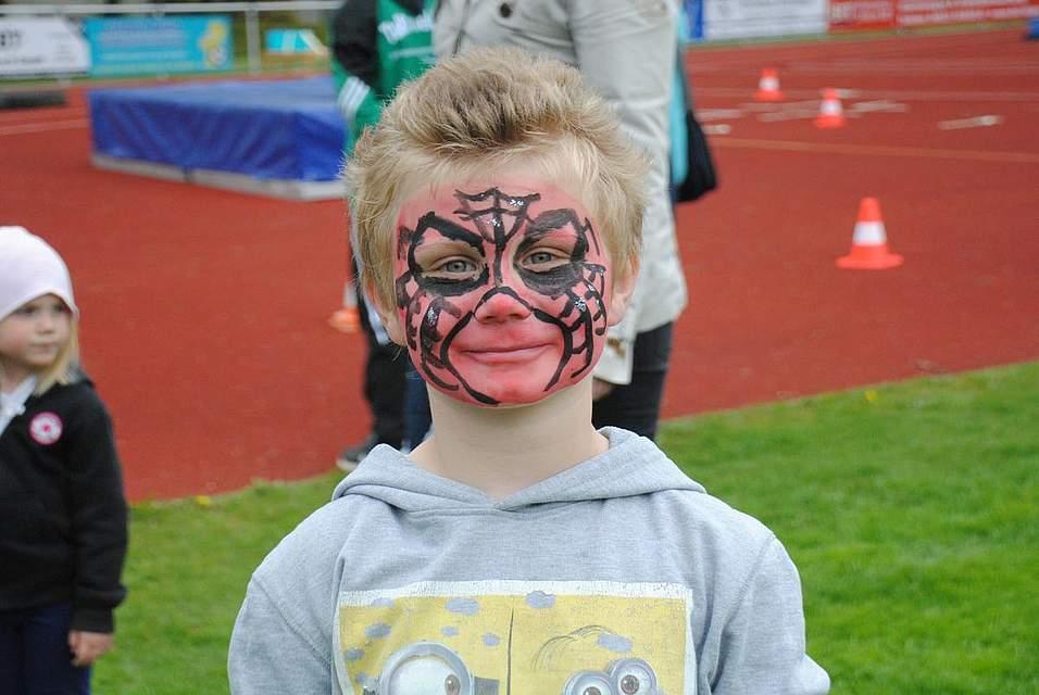 Ein Spinnennetz mitten im Gesicht.