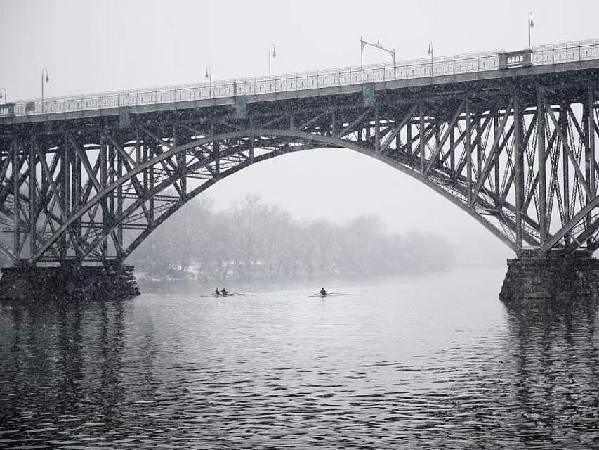 Zwei Ruderteams trainieren bei Schneefall auf dem Schuylkill River nahe der Brücke Strawberry Mansion in Philadelpia. Foto: Matt Rourke/AP