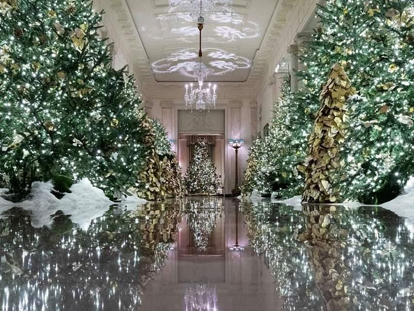 Die Vorweihnachtszeit macht sich auch im Weißen Haus in Washington bemerkbar. Zum ersten Advent funkelt und schimmert ein Flur des US-Präsidentensitzes ganz weihnachtlich. Foto: Alex Brandon/AP/dpa