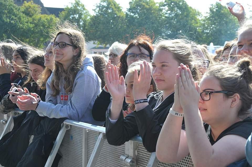 Besonders Mädchen zog es bei den jungen Popstars an die Bühne. Foto: Voß