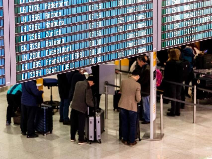 Fluggäste warten auf dem Münchener Flughafen. Die Lufthansa-Passagiere haben den 48-stündigen Ausstand des Kabinenpersonals noch nicht überstanden. Auch an diesem Freitag fallen hunderte Flüge aus. Foto: Matthias Balk/dpa