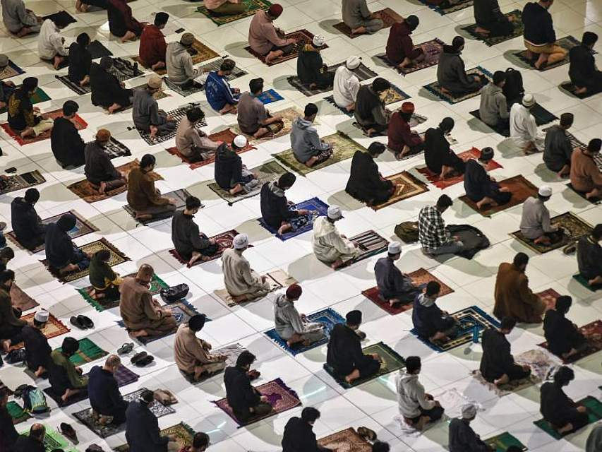 Muslime beten das erste Tarawih-Abendgebet des heiligen Fastenmonats Ramadan in der Al-Azhar-Moschee in der ägyptischen Hauptstadt Kairo. Von Sonnenaufgang bis Sonnenuntergang verzichten Muslime auf der ganzen Welt während des Ramadan-Fests auf Essen, Trinken, Rauchen und Sex. Foto: Sayed Hassan/dpa