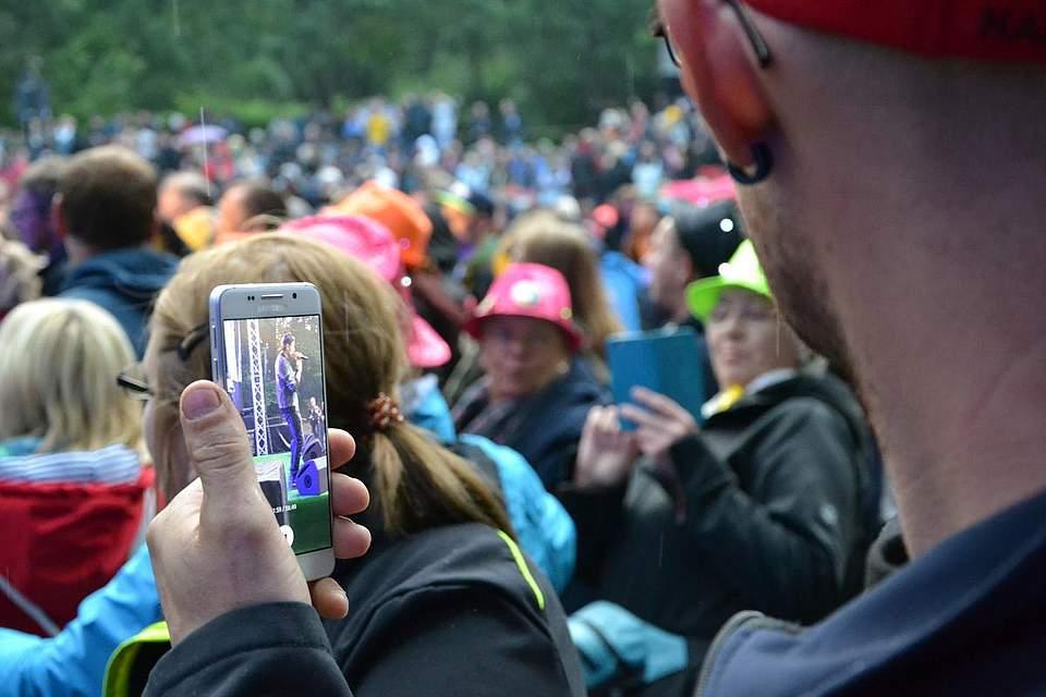 Axel Fischer auf dem Smartphone.