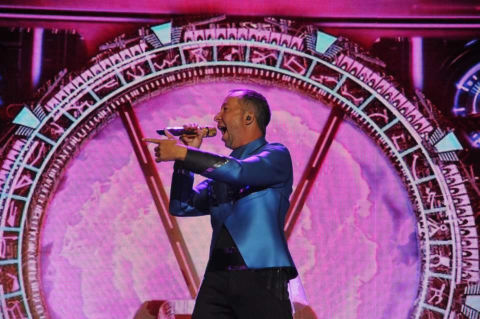 Der unangefochtene Eurodance-Star der 1990er-Jahre DJ Bobo auf der Bühne in Büsum. Foto: Voß