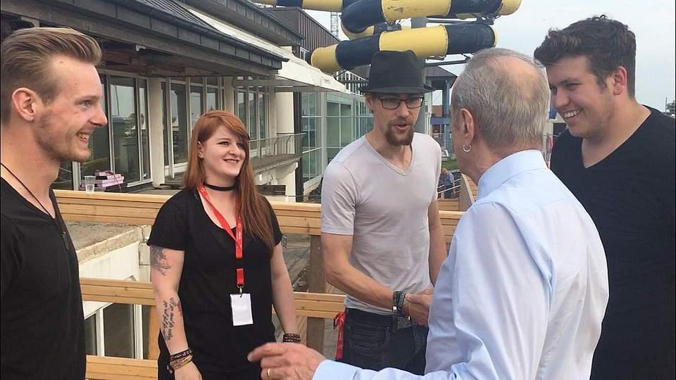 Händeschütteln mit Francis Rossi: Pay Pandora begegneten vor dem Konzert dem Status-Quo-Star. Foto: Behrendt