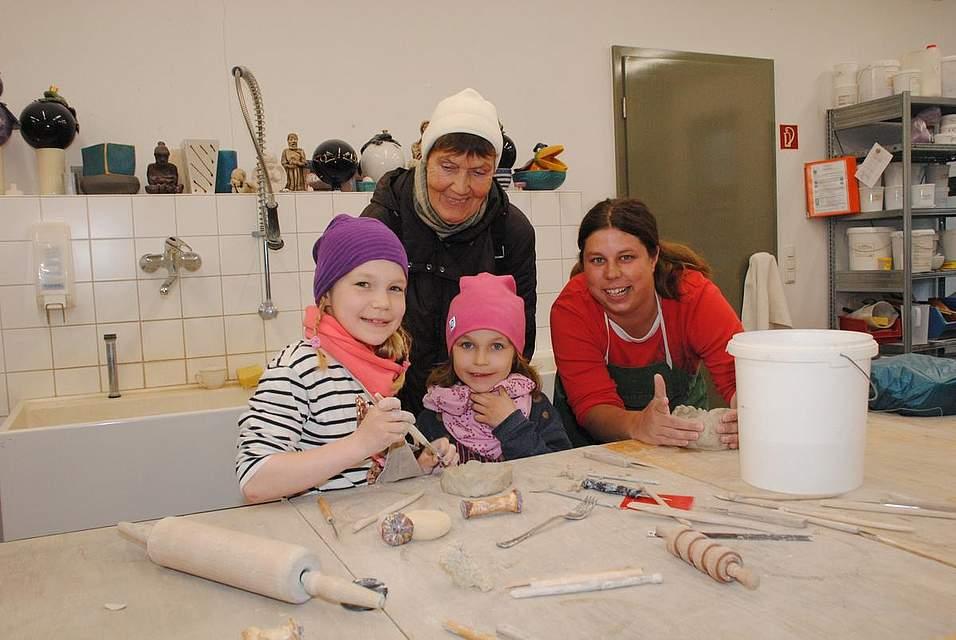 Sie freuen sich, selbst mit Ton gestalten zu können (von links): Mavie und Smilla mit ihrer Oma Christa Heesch sowie Stiftungsmitarbeiterin Nicole Archut.
