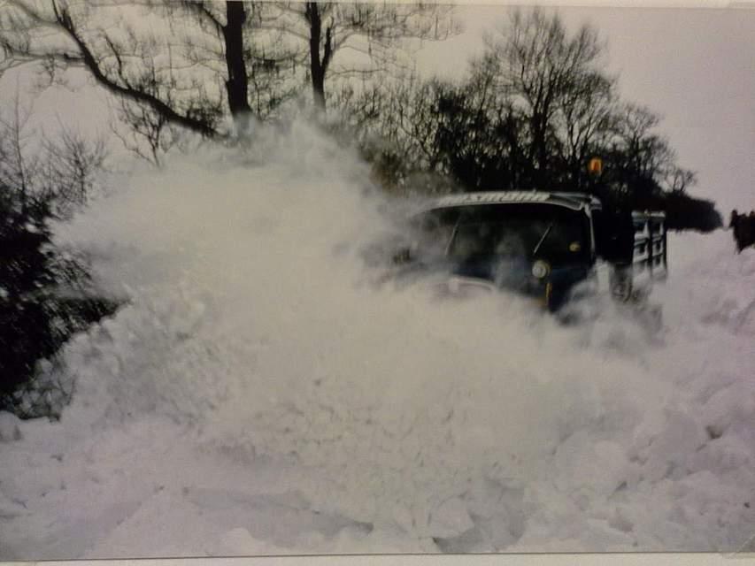 """Ein Schneepflug ist in der Nähe von Schafstedt im Einsatz. Ralf Paulsen schreibt zu seinem Foto: """"Ich habe die Schneekatastrophe, damals zehn Jahre alt, als sehr schön empfunden. Dass dort Menschen und Tiere zu Schaden gekommen sind, habe ich zu der Zeit gar nicht so richtig registriert. Mein Bruder Andreas, damals neun Jahre alt, und ich sind so oft wie möglich mit meinem Vater Hans Rudolf Paulsen, der zu der Zeit bei der Firma Husmann in Schafstedt als Lkw- Fahrer beschäftigt war und diesen Winter mit dem Schneepflug alle Straßen in und um Schafstedt frei geschoben hat, als Beifahrer ganz stolz mitgefahren. Sei es am Tag oder in der Nacht. Als besonders galt damals, dass der Lkw mit Schneeketten ausgerüstet war und dementsprechend die Schneemassen gut bewältigen konnte. Damit waren damals die wenigsten Fahrzeuge ausgestattet."""""""