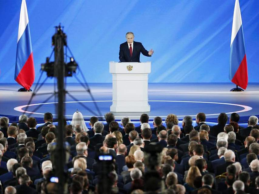 Der russische Präsident Wladimir Putin hält in Moskau seine Rede an die Nation. Im Anschluss trat die Regierung um Ministerpräsident Dmitri Medwedew überraschend zurück. Foto: Alexander Zemlianichenko/AP POOL/dpa