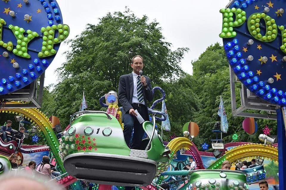 Ein letztes Mal als Vorsitzender: Knut Arp eröffnet das Albersdorfer Pfingstvolksfest 2018. Foto: Büsing