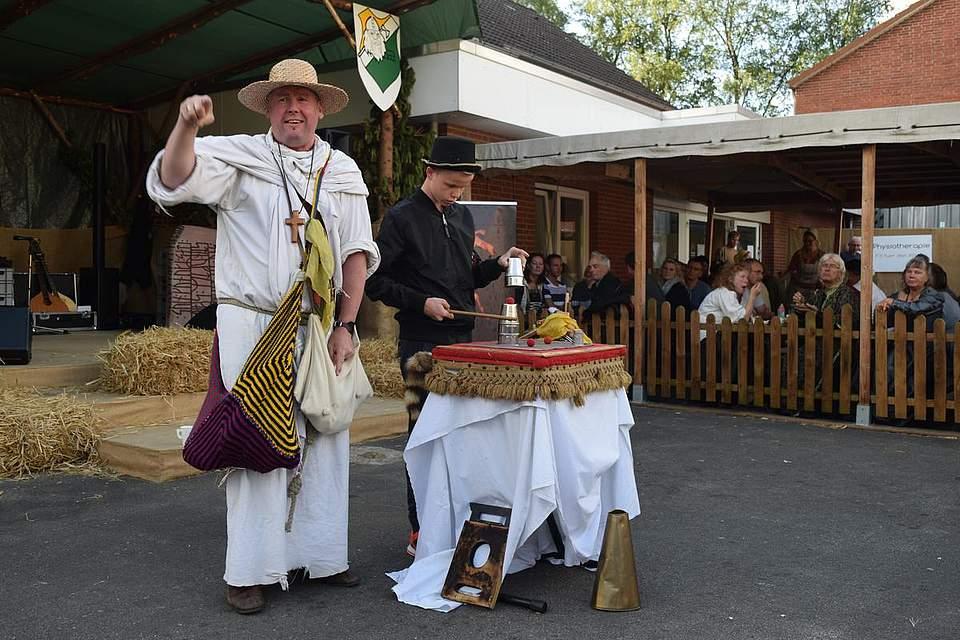 Kein Hexenwerk, oder doch? Zauberer Frater Enoch mit einem Assistenten aus dem Publikum. Foto: Büsing