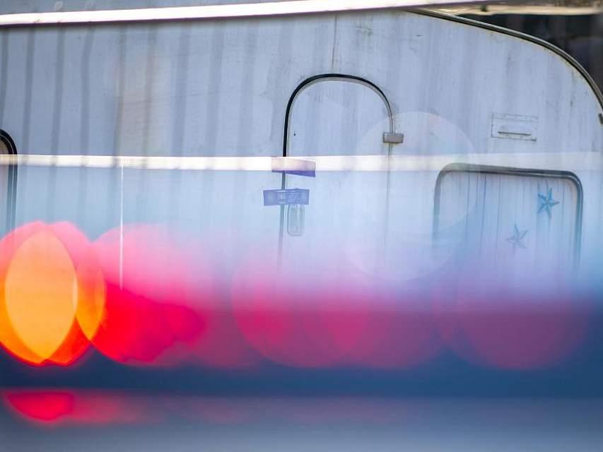 Ein Polizeiauto steht vor dem versiegelten Campingwagen des mutmaßlichen Kinderschänders von Lügde. Nach massiven Versäumnissen bei der Ermittlungsarbeit hat sich der massive Missbrauchsfall immer mehr zu einem Polizeiskandal ausgeweitet. Foto: Guido Kirchner