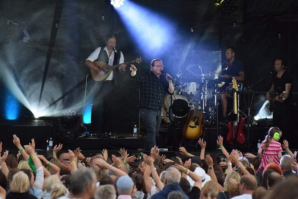 Teile des Konzertes bestritt Angelo Kelly alleine mit der Band. Foto: Müller
