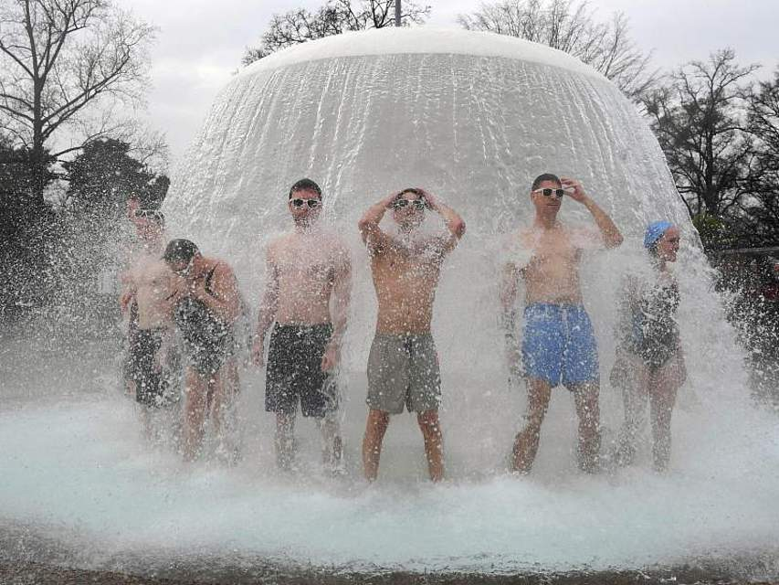 Die deutsche Freibadsaison hat im Karlsruher Sonnenbad begonnen. Rund 30 Badegäste wagten den Sprung ins gut gewärmte Wasser. Foto: Uli Deck