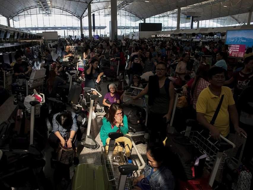 Wieder legen Prostler den internationalen Flughafen von Hongkong lahm. Bereits gestern blockierten wurden die Ankunfts- und Abflughallen von Demonstranten blockiert. Foto: Vincent Thian/AP