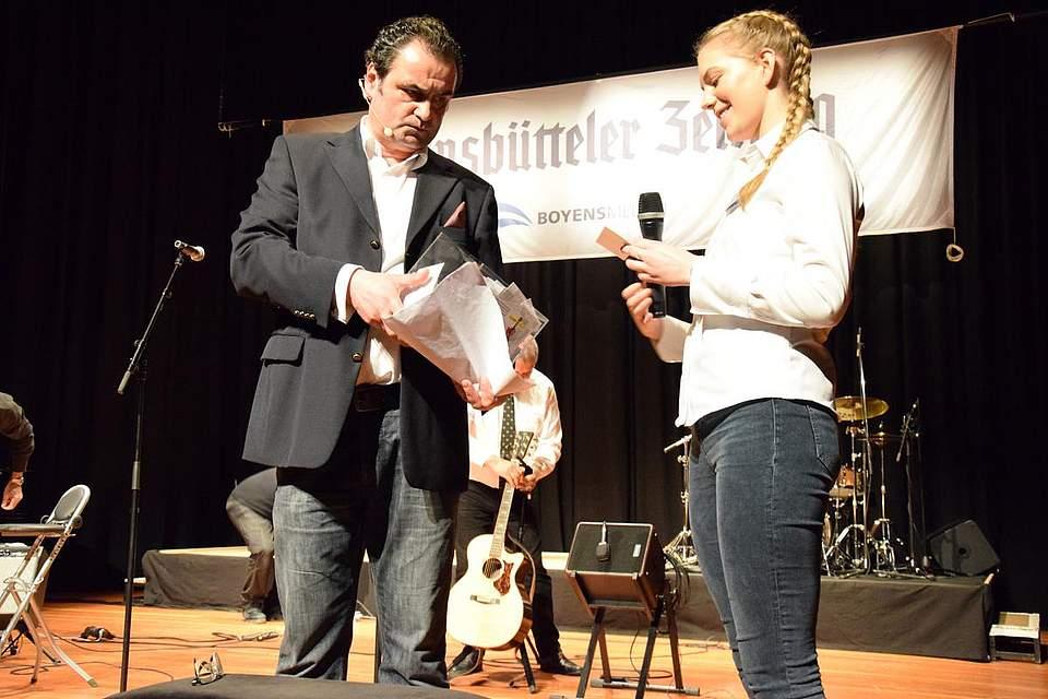 Stefan Schmid und Zoe Graf bei der Ziehung der Gewinner.