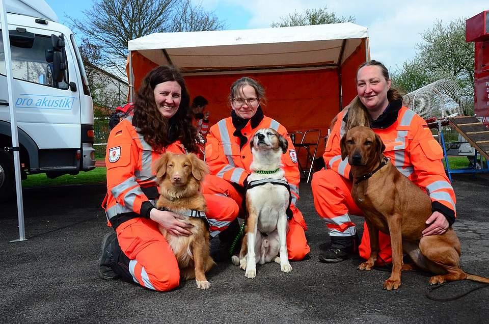 Rettungshunde mit Frauchen: (von links) Kitty Petersen-Pieper mit Chiui, Bencke Jürgens mit Alf und Ivanka Meier mit Raja.