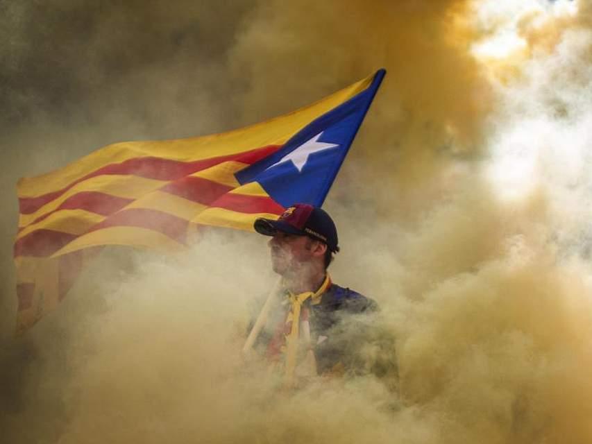 Undramatisch geht es in Katalonien wohl nicht: Seit 1714 begehen die Katalanen am 11. September ihren Nationalfeiertag - die «Diada» - mit effektvollen Kundgebungen im Rauch einer Rauchfackel. Foto: Emilio Morenatti/AP