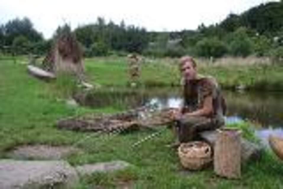 Jake Newport flechtet einen Köcher. In dem will SteinzeitjägerIngolf Pfeifer (Hintergrund) künftig seine Pfeile aufbewahren.