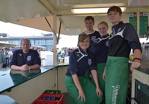 Fleißige Helfer: Fußballerinnen mit Trainer Stefan Meier.