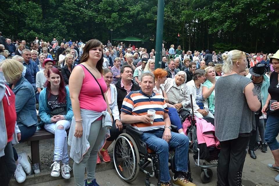 Viele Menschen kommen in den Kurpark.