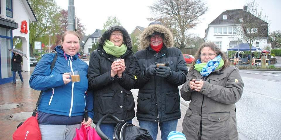 So lässt sich die Kälte aushalten: Mit einer Tasse Kaffee wärmen sich (von links) Bente Esch, Ute Esch, Klaus-Jürgen Esch und Maycken Müller auf.