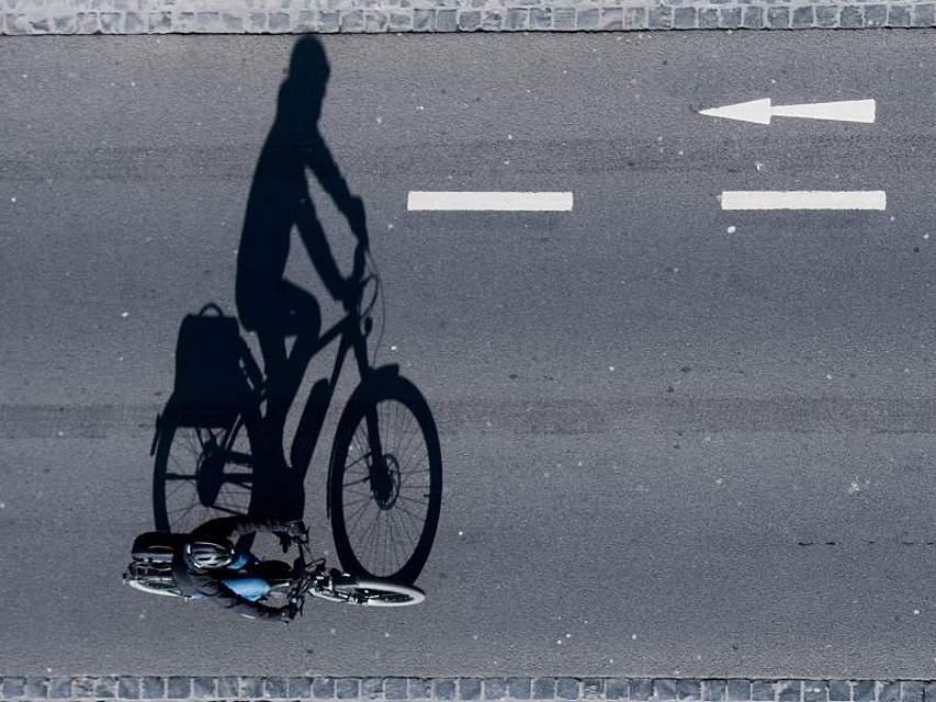 Eine Fahrradfahrerin ist auf einer Straße in Braunschweig unterwegs. Foto: Julian Stratenschulte