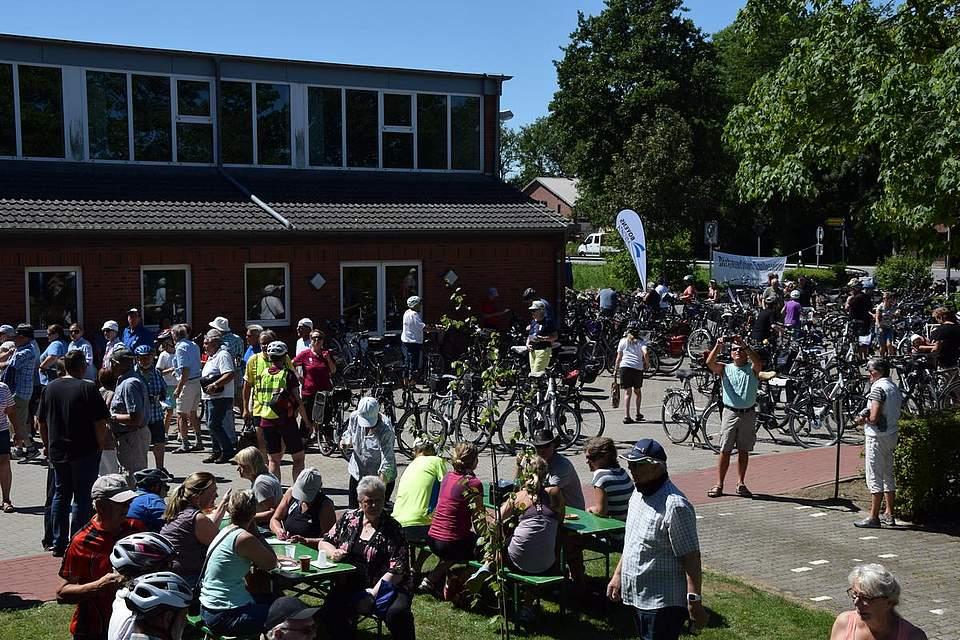 Haltestelle Elpersbüttel: Die Radfahrer legen eine verdiente Pause ein.