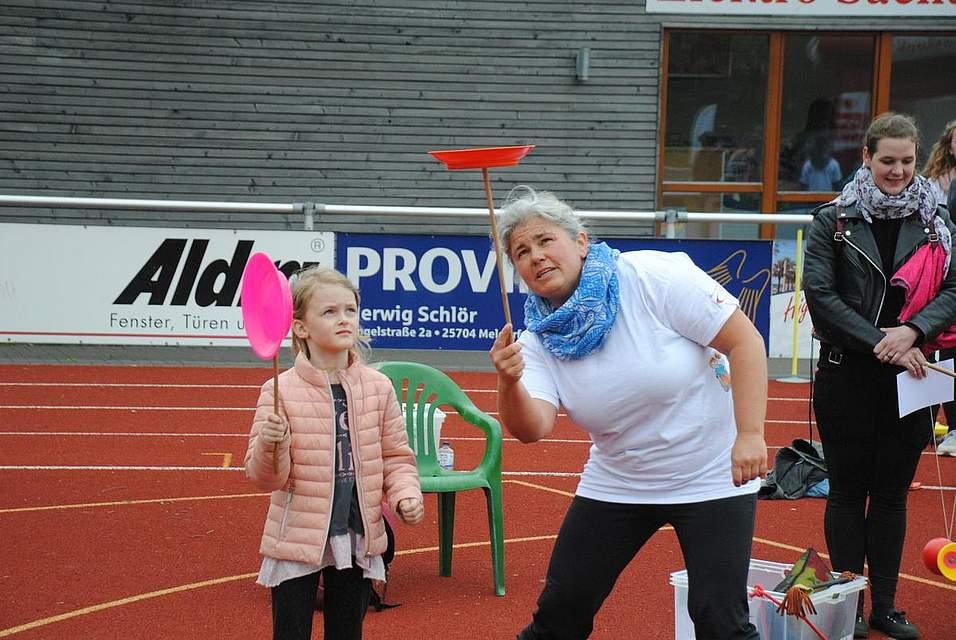 Hier zeigt Tanja Dunkel (rechts) Lara, wie die den Teller auf einer Stange balancieren kann.