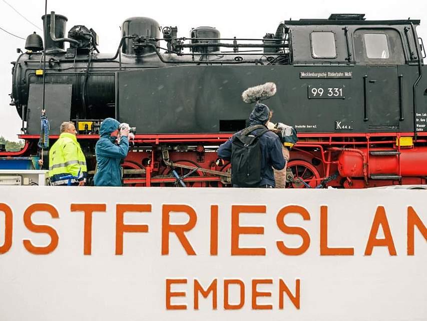 Die historische Dampflok Molli aus dem Ostseebad Kühlungsborn wird im Hafen von Emden auf eine Fähre gefahren. Die Lok soll auf der Nordseeinsel Borkum zwischen Hafen und Ort pendeln. Foto: Mohssen Assanimoghaddam