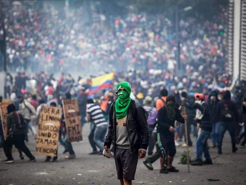 Tausende von Angehörigen indigener Völker Ecuadors besetzen die Hauptstadt Quito. Sie protestieren gegen erhöhte Spritpreise und die Erdölförderung in ihren Gebieten. Foto: Juan Diego Montenegro/dpa
