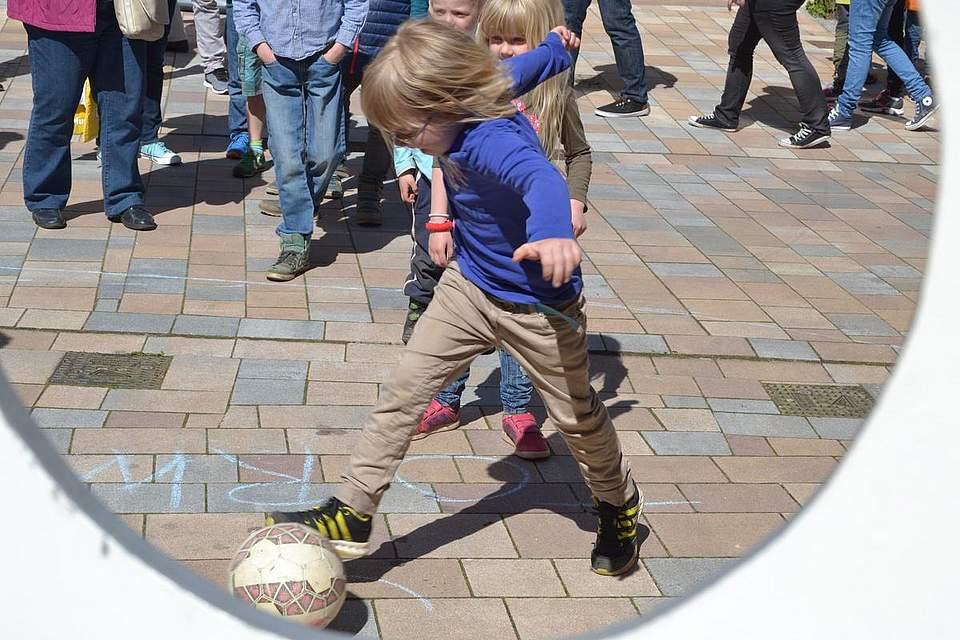 Kindernachmittag: Torwandschießen.