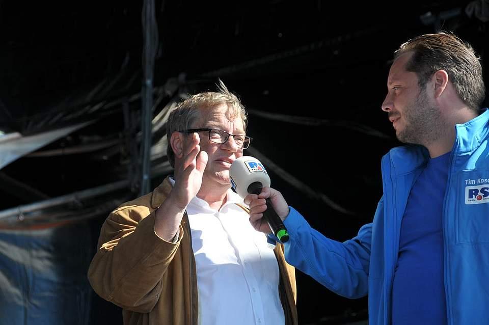 Verlagsleiter Klaus Böhlke vom Medienpartner Boyens Medien, hier mit Moderator Tim Koschwitz, begrüßt die unzähligen Besucher auf dem Heider Marktplatz. Foto: Voß