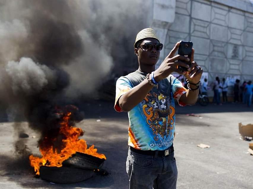 Die Proteste in Haiti gegen Präsident J. Moise gehen weiter. Es kam teils zu chaotischen Szenen mit brennenden Straßenblockaden in der haitischen Hauptstadt Port-au-Prince. Foto:Dieu Nalio Chery/AP