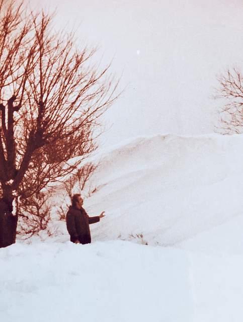 """Timm Hollmann aus Büsum schreibt: """"Mein Foto zeigt mich vor dem Hühnerstall (unter der Schneewehe) auf unserem Hof bei Büsum. Besonders in Erinnerung geblieben ist mir die Hilfsbereitschaft unter den Nachbarn bei Versorgung von Mensch und Tier."""""""