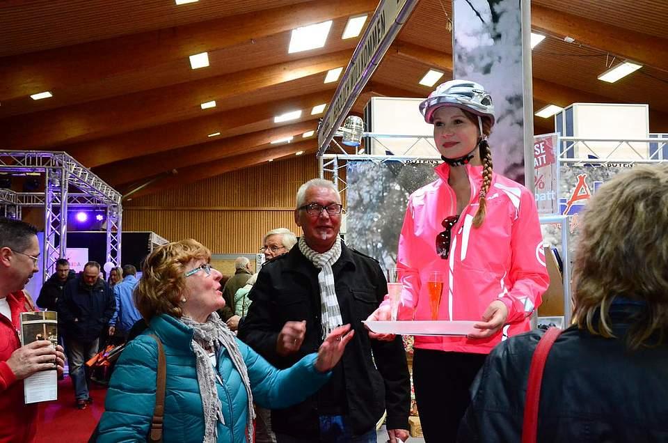Rätselraten am Stand des Zweiradhauses Lamberty: Ist die echt oder nicht?