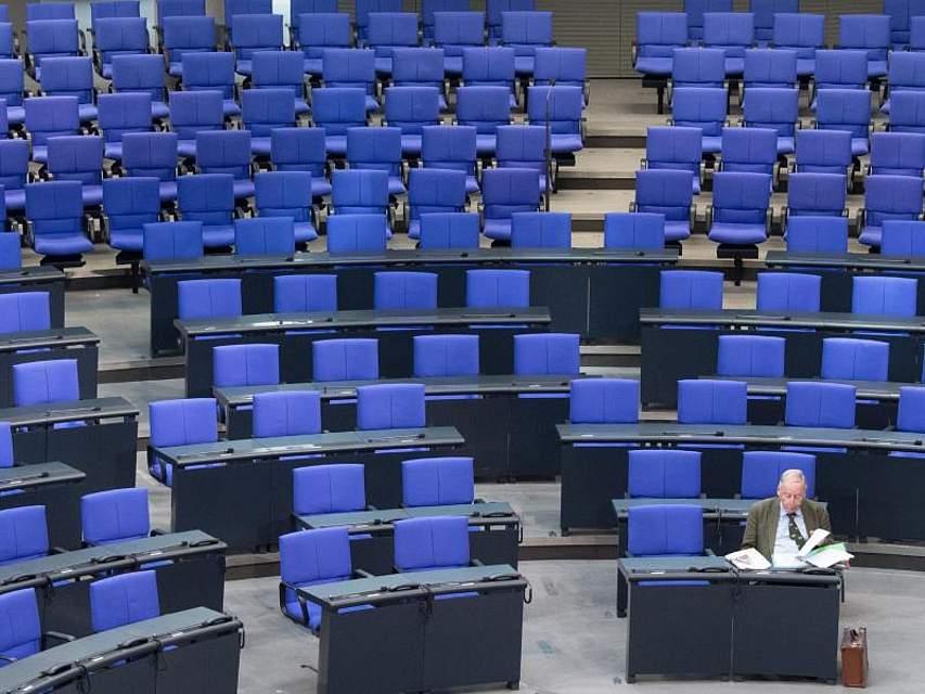Alexander Gauland, Fraktionsvorsitzender der AFD, sitzt schon vor der Plenarsitzung im Deutschen Bundestag. Foto: Ralf Hirschberger