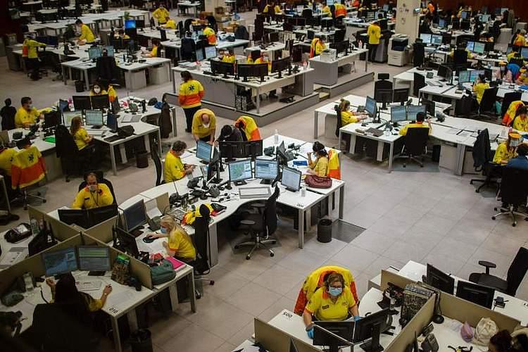 Mitarbeiter der medizinischen Notfallversorgung in Barcelona bei der Arbeit. Spanien hat Italien als das LandEuropas mit den meisten Infektionen mit dem neuartigen Coronavirus überholt. Foto: Emilio Morenatti/AP/dpa