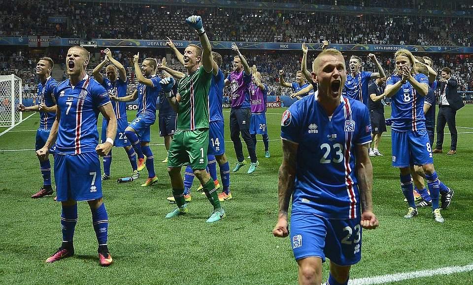 Die Nationalelf aus Island feiert den sensationellen 2:1 Sieg gegen die Engländer. Foto: Illyes