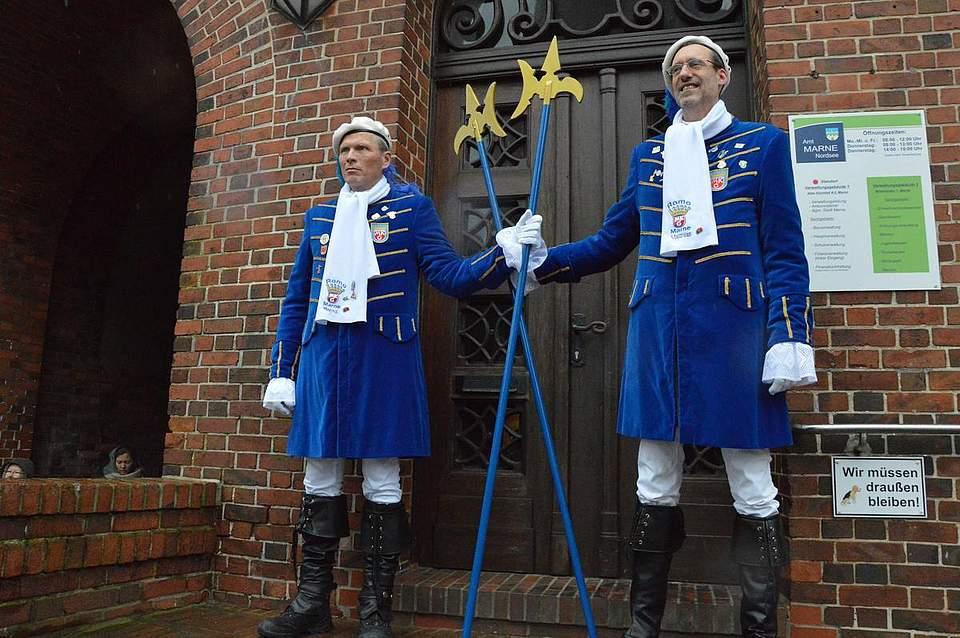 Noch ist das Rathaus in der Hand von Bürgermeister und Stadt. Die Wachen versehen ihren Dienst.