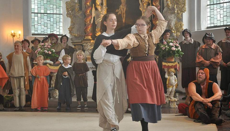 Tänzerinnen bei der Begrüßungs-Veranstaltung. Foto: Höfer