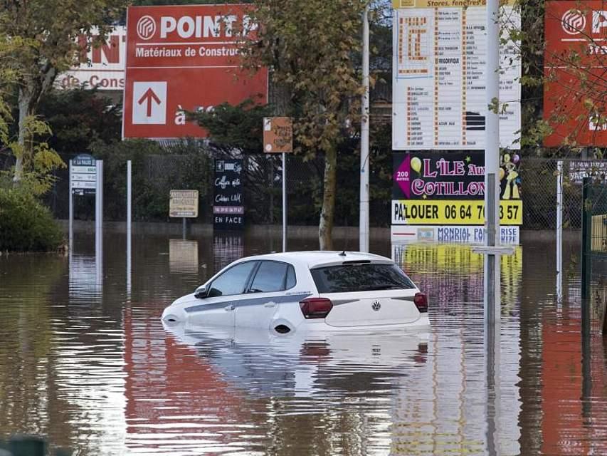 Südfrankreich wurde von schweren Unwettern heimgesucht. Der französische Wetterdienst hat für die Départements Alpes-Maritimes und Var die höchste Warnstufe ausgerufen. Foto: Daniel Cole/AP/dpa