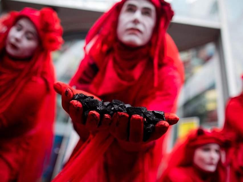Aktivisten von Extinction Rebellion demonstrieren mit Kohle vor der Uniper Zentrale. Foto: Rolf Vennenbernd/dpa