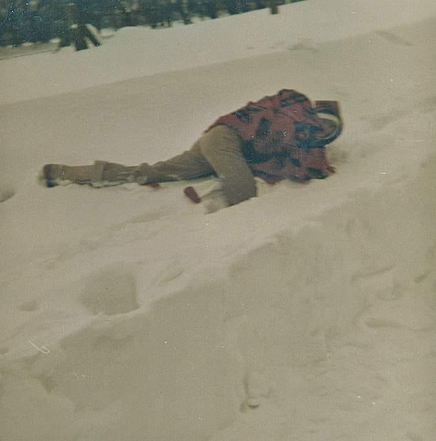 Zu ihrem Foto schreibt Marlies Hollensen aus Hennstedt: Haushoher Schnee in der Horster Straße.