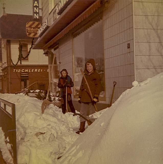 Das von Ernestine Dethmann eingesandte Foto zeigt die Schneeberge und fleißige Kinder vor der Bäckerei Dethmann an der Albersdorfer Süderstraße. Besonders in Erinnerung geblieben ist ihr das damalige allgemeine Fahrverbot. Mit einem Lastwagen der Bundeswehr wurden Milch, Butter und Brot nach Welmbüttel gebracht. 16. Februar 1979 wurde die in der Bäckerei benötigte Hefe mit dem Hubschrauber geliefert.
