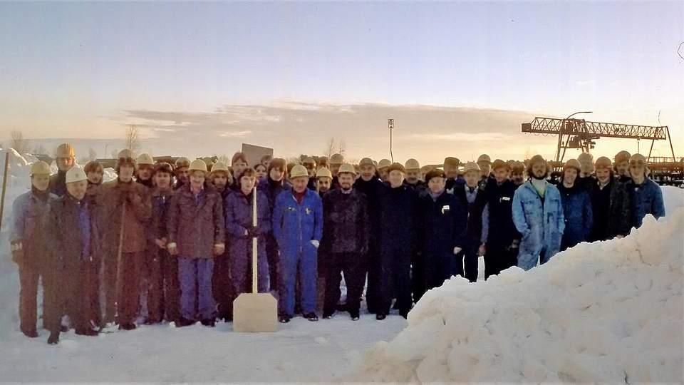 """Büsumer Werft im Schneewinter. Karsten Wessels aus Nordhastedt schreibt zu seinem Foto: """"Ich war in der Zeit als Schiffbauer auf der Büsumer Werft tätig. In Nordhastedt bauten wir unser Haus. Zum Jahreswechsel arbeiteten wir fieberhaft an der Fertigstellung, um bald einziehen zu können. Am Sylvester-Tag 1978 war ich mit Fliesenlegearbeiten im Bad beschäftigt. Die Heizung lief, und es war wohlig warm auf der Baustelle. Während draußen der Schneesturm zunahm, arbeitete ich zügig weiter. Gegen 17 Uhr schaute ich raus und stellte fest, dass ich besser nach Hause (Osterwohld) fahre. Ich schaffte es gerade noch durchzukommen. Der PKW hatte nur auf der getriebenen Vorderachse M&S Winterreifen. Der Stromausfall in der Neujahrsnacht wurde mit Ofenheizung und Kerzen gut gemeistert. Nach Neujahr gab es kein Durchkommen nach Büsum. Wir hätten auch nicht arbeiten können, zu hoch war die Werft von Schneeverwehungen bedeckt. Eine Woche haben ortsansässige Kollegen die wichtigsten Arbeitsbereiche freigeschaufelt. Für die übrige Belegschaft galt Kurzarbeit. Es klingt fast wie eine Ironie, dass wir zu der Zeit Kühlschiffe bauten. In ungeheizten Schiffbauhallen bei minus 10 Grad mit Stahl zu arbeiten ist schon eine Herausforderung. Aber wir haben uns warm gearbeitet."""""""