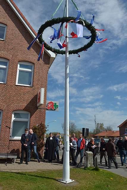 Der Maibaum ist aufgerichtet: Offizieller Start zur Meldorf-Woche.
