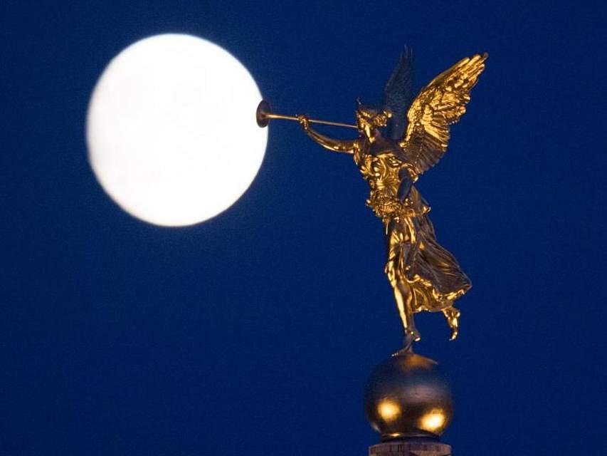 In der Dresdener Altstadt geht hinter einem vergoldeten Engel der Mond auf. Foto: Sebastian Kahnert