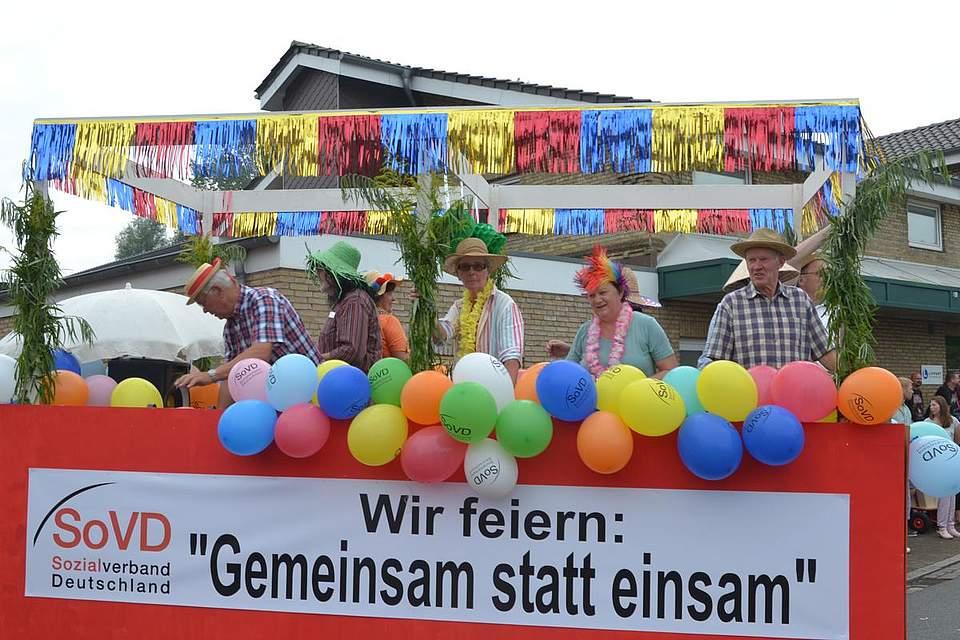 Da ist Musik drin: Der Festumzug von Tellingestedt gleicht einer riesigen Parade.