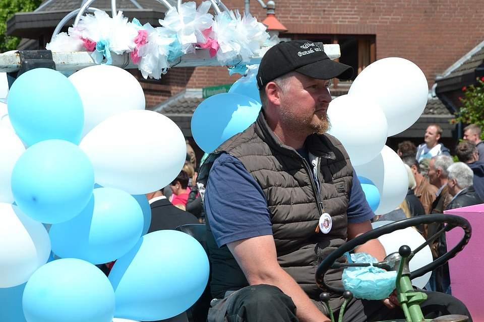 Weiße und himmelblaue Luftballons.