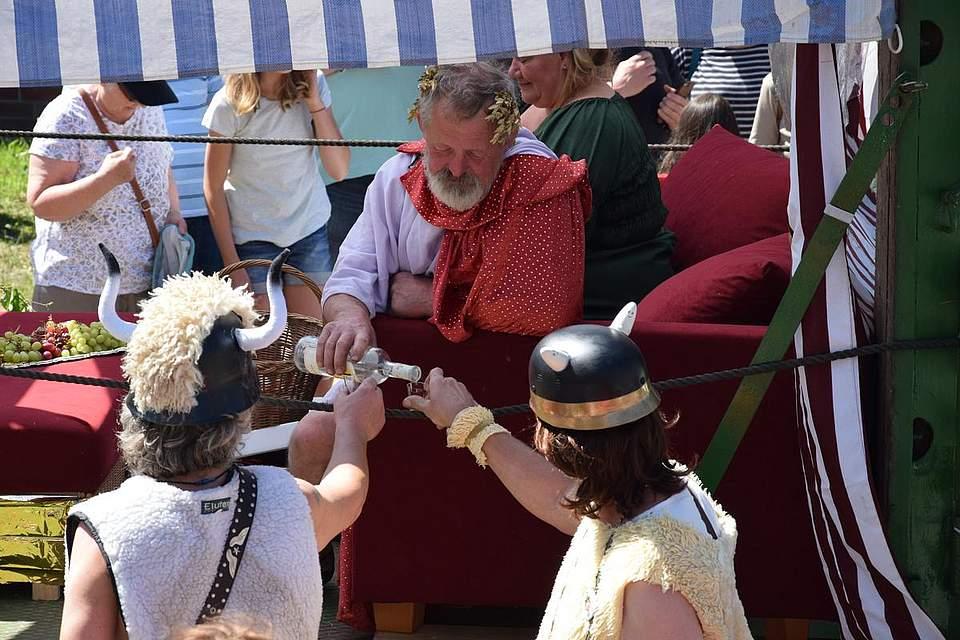 Friedliche Eintracht: Der römische Caesar schenkt Schnaps an die kriegerischen Gallier aus. Für ihren Auftritt holten die Oldtimerfreunde Bunsoh den ersten Platz. Foto: Büsing